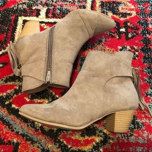 Qupid taupe suede booties with fringe